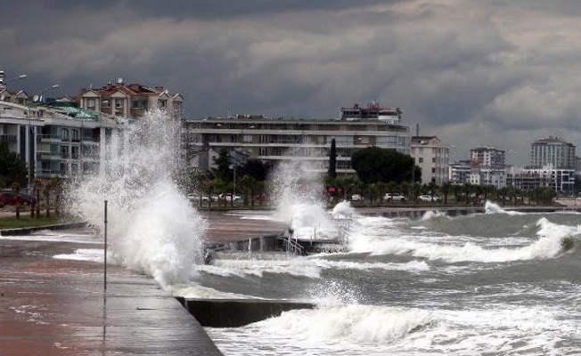 Rüzgar 3 metrelik dalgalara yolaçtı