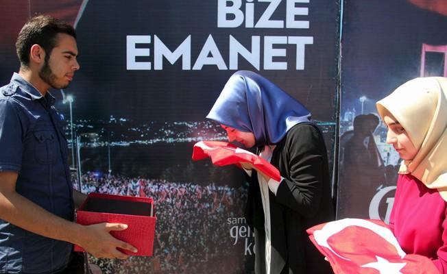 Şehit ailelerinden aldıkları bayrakları Cumhurbaşkanı Erdoğan'a götürecekler