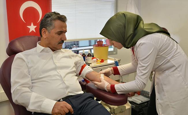 Vali Kaymak, Kan Bağışı Yaptı