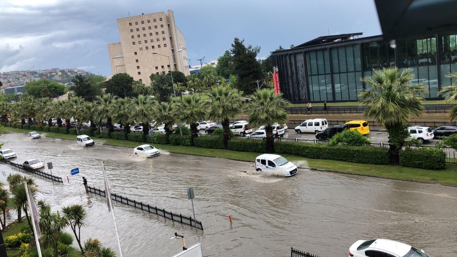 Sağanak yağış ana arterleri göle çevirdi