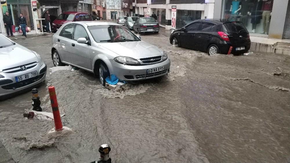 Samsun'da 10 dakika yağan yağmur iş yerlerini sular altında bıraktı