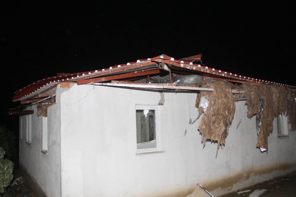 Fethiye'de fırtına ve yağış evlerin çatısını ve seraları uçurdu, ağaçları devirdi