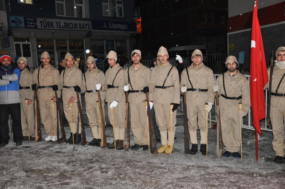 Kar yağışı altında 90 bin şehit için meşaleli yürüyüş