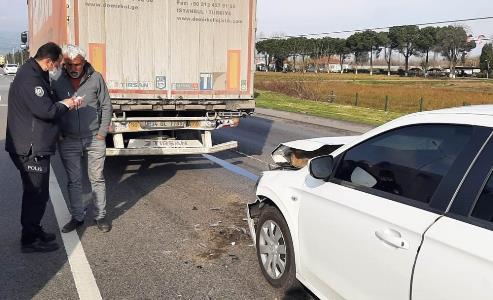 Samsun'da otomobil tıra çarptı: 2 yaralı