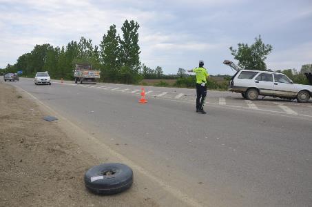 Sinop'ta iki otomobilin çarpıştığı kazada LPG tankı yola fırladı: 3 yaralı
