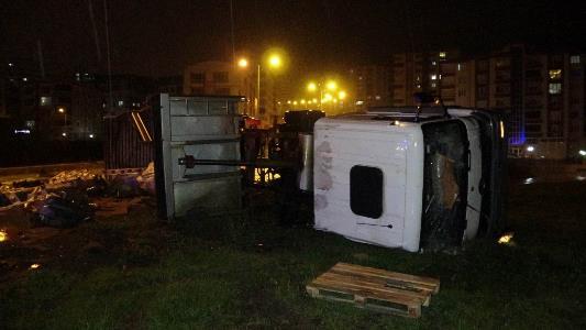 Samsun'da inşaat malzemesi taşıyan kamyon devrildi: 1 yaralı