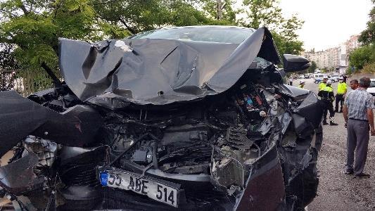 Samsun'da belediye otobüsü ile çarpışan otomobilin sürücüsü ağır yaralandı