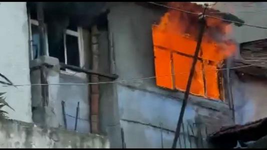 Samsun'da 3 katlı metruk bina alevlere teslim oldu