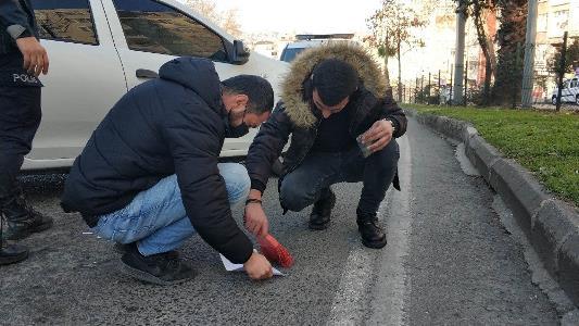Narkotik polisi fırça ile asfalttan uyuşturucu süpürdü