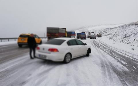 Nisan'da kar yağışı sürücülere zor anlar yaşattı