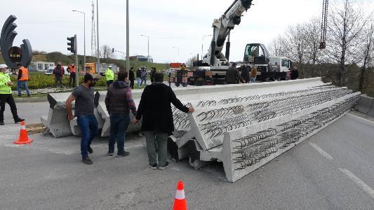 Tırın üzerindeki tonlarca ağırlığındaki beton köprü kirişleri yola devrildi