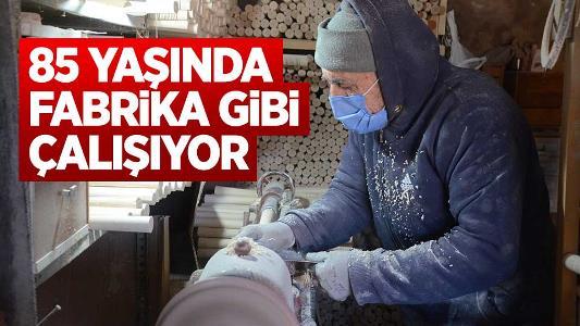85'lik Abdullah usta fabrika gibi çalışıyor, günde 500 keser sapı üretiyor